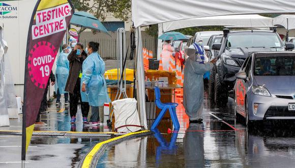 Los automovilistas hacen cola en la estación de pruebas de Otara en Auckland (Nueva Zelanda), el 15 de febrero de 2021. (DAVID ROWLAND / AFP).