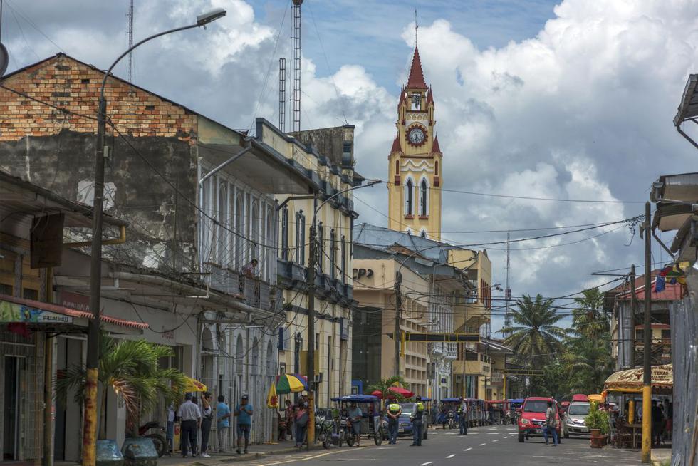 Maynas limita al norte con Putumayo, al este con Mariscal Ramón Castilla, al sur con Requena y al oeste con Loreto y Ecuador.