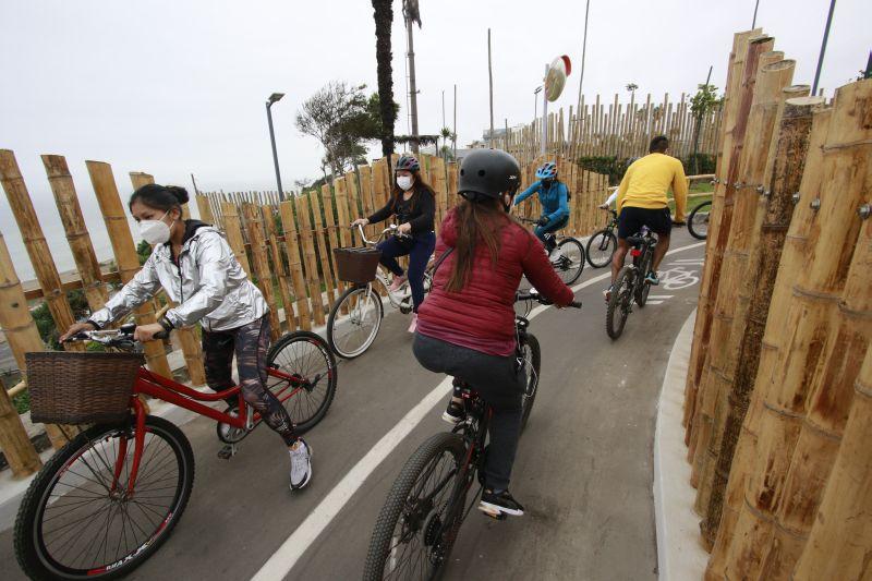 Los ciclistas deben invadir el carril destinado a peatones para evitar accidentes. Esta situación se repite durante gran parte del día. (Foto: Miguel Bellido/El Comercio)