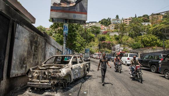 Un automóvil quemado cerca de la estación de policía de Petionville, donde los sospechosos de estar involucrados en el asesinato del presidente de Haití, Jovenel Moise, se encuentran detenidos. (Valerie Baeriswyl / AFP).