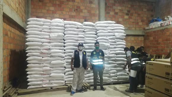 Con ayuda de la fiscalía, agentes de la PNP hallaron en dos almacenes cerca de 30 toneladas de azúcar y 40 cajas de conservas de atún.