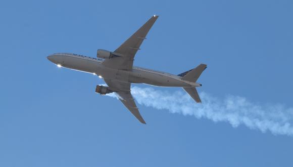Imagen del Boeing 777 con un motor con fuego. Se trata del vuelo de 328 de United Airlines. EFE