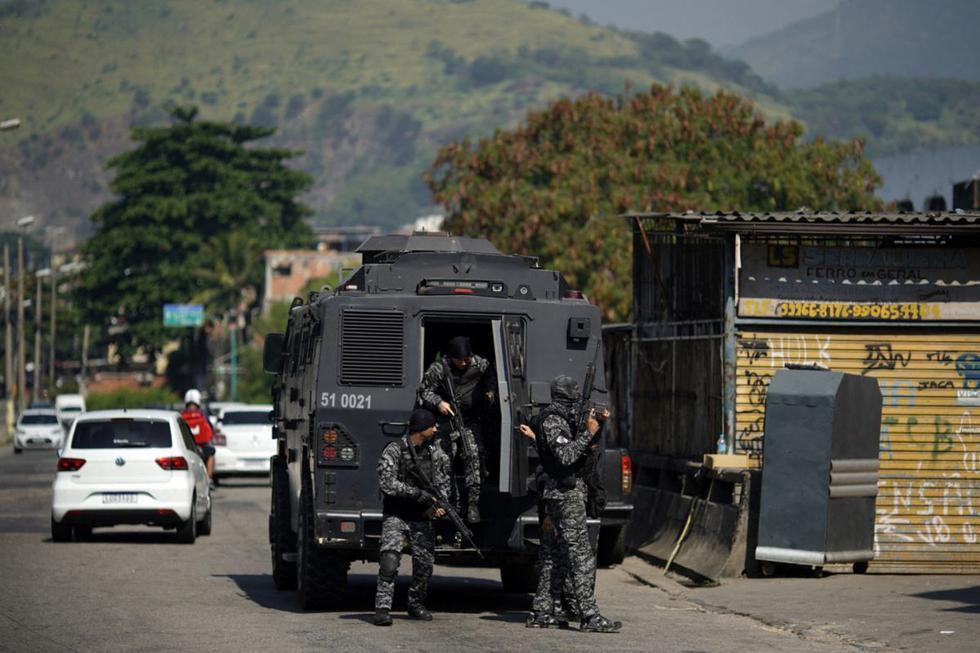 Agentes de la Policía Civil de Río son vistos durante un operativo contra narcotraficantes en la favela Jacarezinho en el estado de Río de Janeiro, Brasil, el 6 de mayo de 2021. (Mauro Pimentel / AFP).