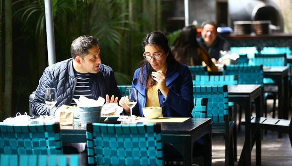 Restaurantes cumplen límites de aforo. (Foto: Fernando Sangam/GEC)