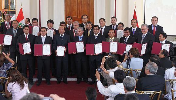Presidentes regionales recibiendo sus credenciales por parte del JNE (Foto: Archivo El Comercio)
