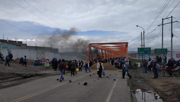 Los manifestantes han quemado llantas y colocado piedras y otros objetos para impedir el paso vehicular en el puente Ilave, que une a la región Puno con Bolivia. (Foto: cortesía)
