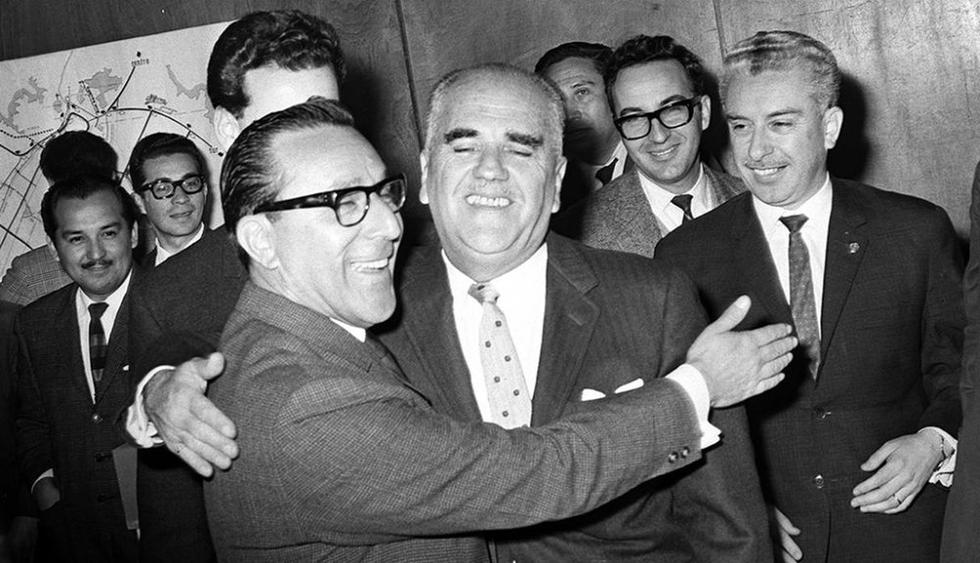Postal del primer debate electoral transmitido por televisión. Sus protagonistas fueron los candidatos a la alcaldía de Lima Luis Bedoya y Jorge Grieves. (Foto: Archivo Histórico El Comercio)