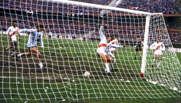 Preciso instante en que Ricardo Gareca se alista para rematar al arco peruano en aquel partido del 30 de junio de 1985. (Foto: El Gráfico Argentina)