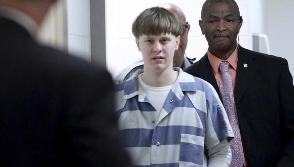 En esta foto del 10 de abril del 2017, Dylann Roof ingresa a la sala del tribunal en el Centro Judicial del Condado de Charleston para declararse culpable por cargos de asesinato. (Grace Beahm / The Post And Courier a través de AP, Pool, File).