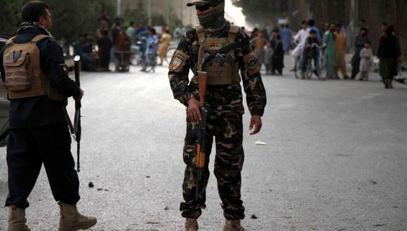Imagen referencial. Funcionarios de seguridad de Afganistán montan guardia en un lugar de explosión en el país, el 30 de abril de 2021. (EFE/EPA/JALIL REZAYEE).