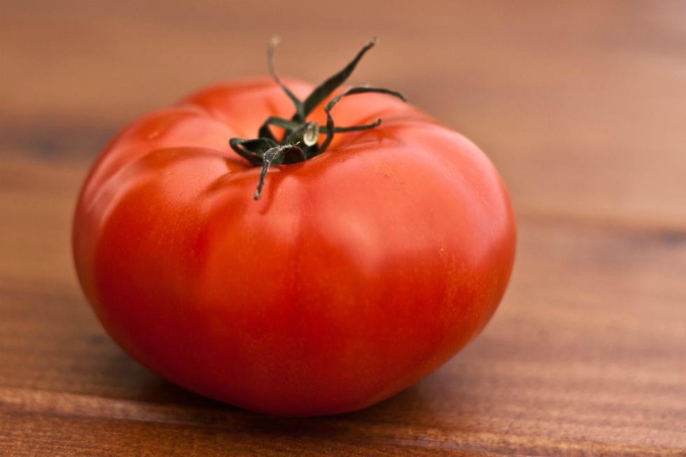 No necesitas guardar los tomates en el refrigerador ya que a temperatura ambiente continúa su maduración, lo que hace que gane sabor. En la nevera este proceso se se interrumpe y pierde parte de sus propiedades. Solo se recomienda que se mantengan a bajas temperaturas si queremos alargar bastante su vida. (Foto: Pexels)