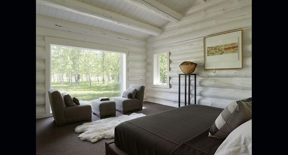 Los dormitorios son amplios y juegan con los tonos claros y oscuros. El color de la alfombra combina con los muebles y las sábanas de la cama.(Foto: clbarchitects.com)