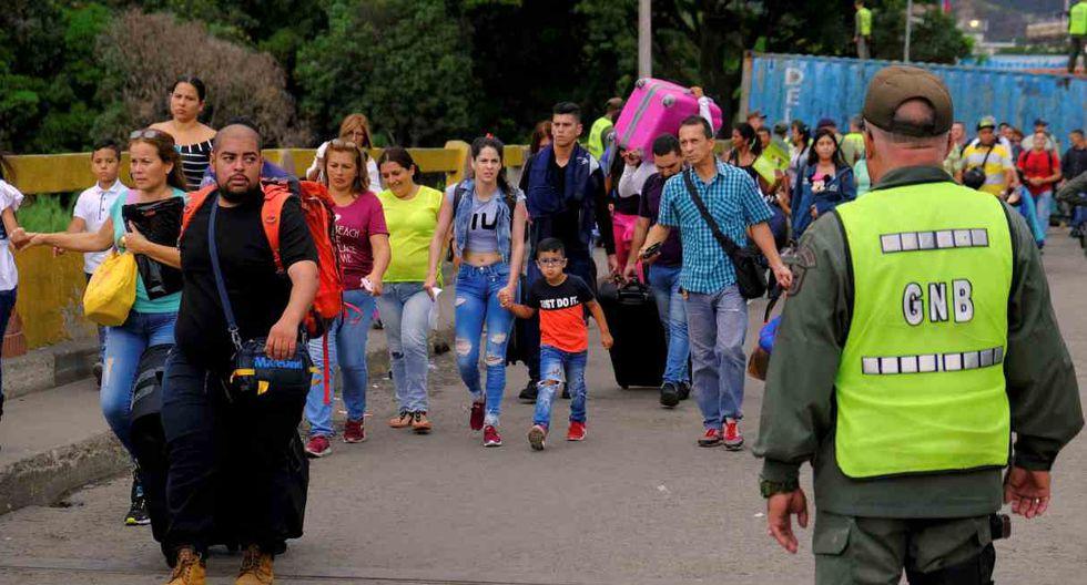 Una multitud se lanzó sobre los contenedores que bloquean el puente limítrofe Simón Bolívar ante la crecida del río Táchira. (Foto: Reuters)