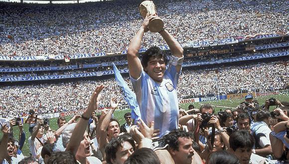 Argentina vibra de emoción y Diego Maradona se pasea en hombros tras la obtención del título mundial, luego de vencer a Alemania Federal en el Estadio Azteca. (Foto: Agencia AP)
