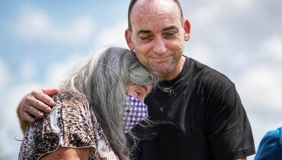 Robert DuBoise recuperó su libertad tras 37 años y lo primero que hizo fue abrazar fuertemente a su madre. | Foto: @MarthaARhine/Twitter