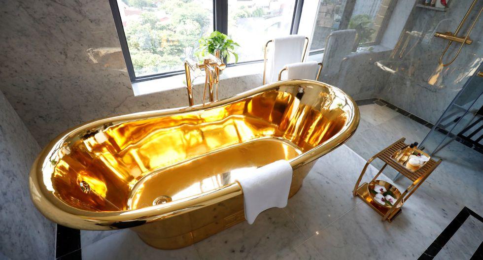 Una tina bañada en oro del recién inaugurado hotel Dolce Hanoi Golden Lake, el primer hotel chapado en oro del mundo, en Hanoi, Vietnam. (Foto Reuters).