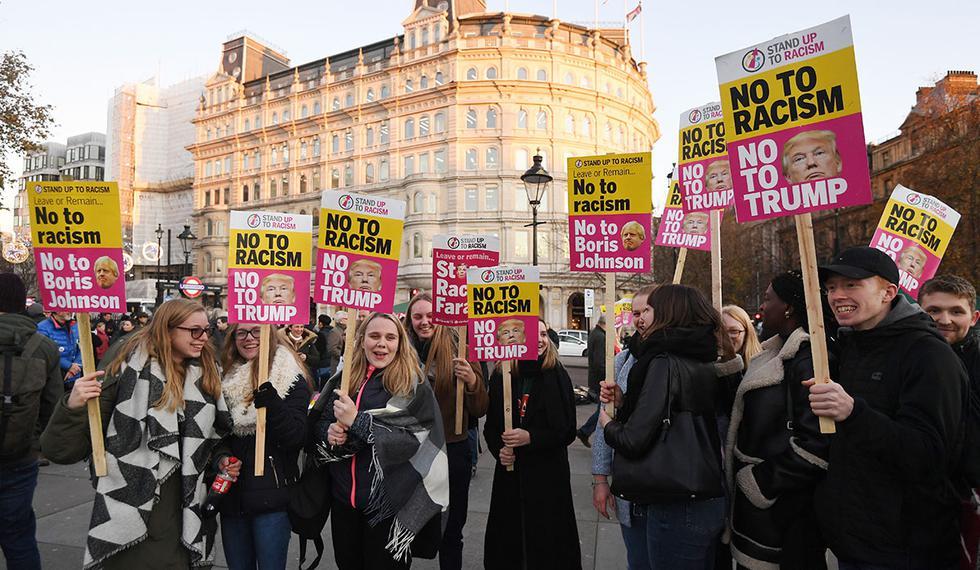 """Coreando al unísono """"No a Trump, No a la OTAN"""", los manifestantes se desplazan hacia el Palacio de Buckingham, donde la reina Isabel II ofrecerá una recepción a los líderes de los países aliados. (Foto: EFE)"""
