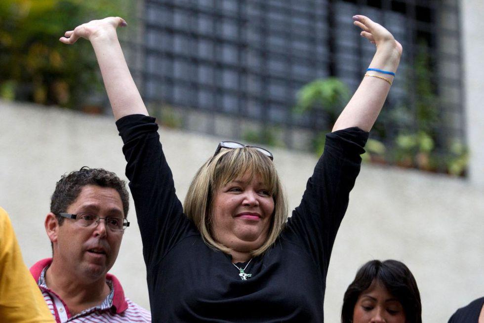 La jueza Maria Lourdes Afiuni saluda a sus partidarios fuera de su casa en Caracas el pasado 2013. (Foto: Reuters)