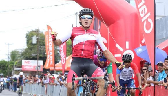 Alonso Gamero cruzando la meta de la quinta etapa. (Foto: pandeportes)