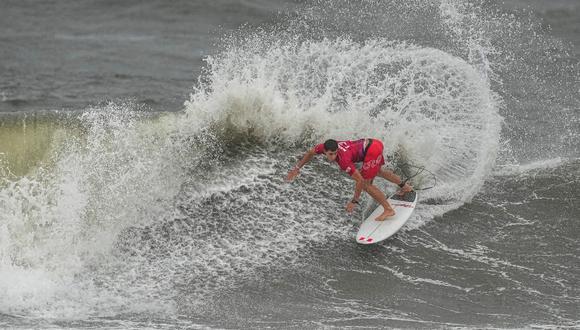 Lucca Mesinas es el único peruano que sigue en carrera en el surf de los Juegos Olímpicos Tokio 2020 | Foto: EFE
