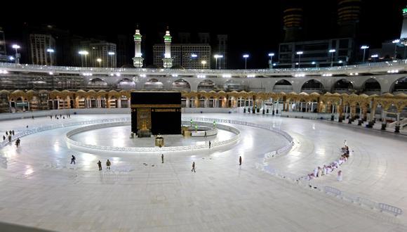La Kaaba simboliza la casa de Dios. Este monumento cúbico, cubierto por una tela negra bordada en oro, se halla dentro de la mezquita sagrada de La Meca. / Foto: AFP.