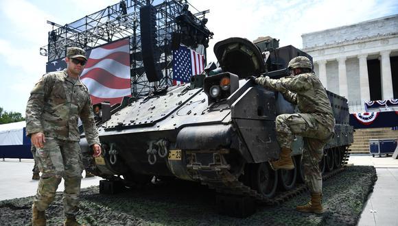 Los miembros del ejército de los EE. UU. están al lado del vehículo de combate Bradley como preparativos para el evento del 4 de julio. Foto: AFP