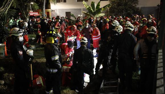 Bomberos y policías trabajan para rescatar cuerpo de niño que cayó a pozo de parque Roma, en Cercado de Lima. (César Bueno/GEC)