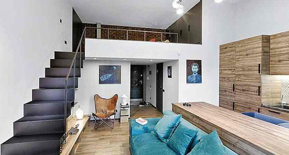 La escalera de metal conduce a la mezzanine de 1,80 m de alto, donde se encuentra el dormitorio. (Foto: Yunakov Design)