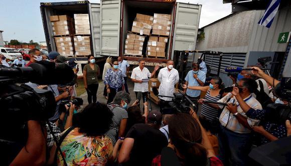 Trabajadores del sector de la salud responden preguntas a periodistas sobre la donación procedente de Estados Unidos, hoy en La Habana (Cuba). Las autoridades sanitarias de Cuba recibieron este viernes una donación de 1,7 millones jeringuas enviadas por la ONG estadounidense Global Health Partners (GHP) para apoyar la vacunación contra el COVID-19 en el país caribeño. (Foto: EFE/ Ernesto Mastrascusa)