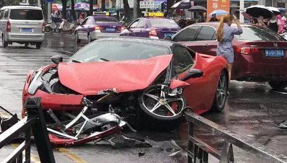 El Ferrari que vemos en imágenes terminó prácticamente inservible tras el accidente que protagonizó. (Foto: YouTube).