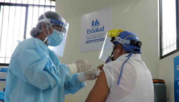 El proceso de vacunación contra el COVID-19 contempla en primer lugar a los profesionales que combaten la pandemia. (Foto: Essalud)