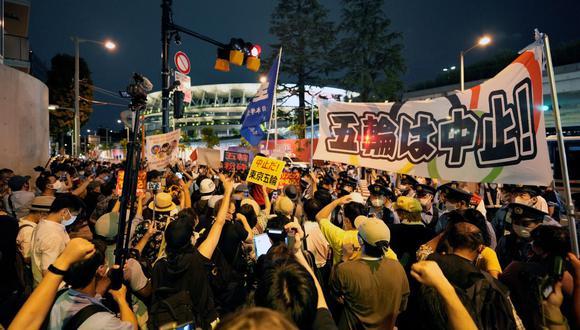 Un grupo de gente realiza  protestas ante el Estadio Nacional durante la ceremonia de apertura de los Juegos de Tokio 2020 en Tokio, Japón, el 23 de julio de 2021. (Foto: EFE / EPA / Franck Robichon)