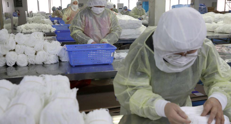 Varias personas trabajan en una fábrica de mascarillas este lunes en Nantong (China). El país se enfrenta a una escasez de mascarillas y otros equipos de protección ante la alerta del coronavirus de Wuhan. (Foto: EFE)