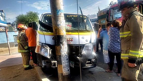 Vehículo subió a vereda y se estrelló contra un poste de luz