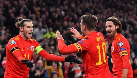 Gareth Bale celebra con Aaron Ramsey, quien anotó los dos goles en el triunfo de Gales ante Hungría, que le dio la clasificación a los 'Dragones' a la próxima Euro 2020. (Foto: AFP / Paul ELLIS)