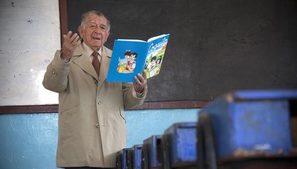 """Everardo Zapata, autor del libro """"Coquito"""". Aquí en el patio del colegio Manuel Muñoz, de Arequipa."""