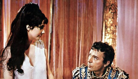 Elizabeth Taylor y Richard Burton se vieron por primera vez en una fiesta en Los Ángeles cuando ella tenía 19 años. Una década más tarde se reencontraron en Cleopatra, drama histórico dirigido por Joseph L Mankiewicz, estrenado en 1963. Al inicio se mantuvieron distantes, pero una vez que empezaron a compartir escenas ambos actores se atrajeron como imanes. Foto: Getty Images.