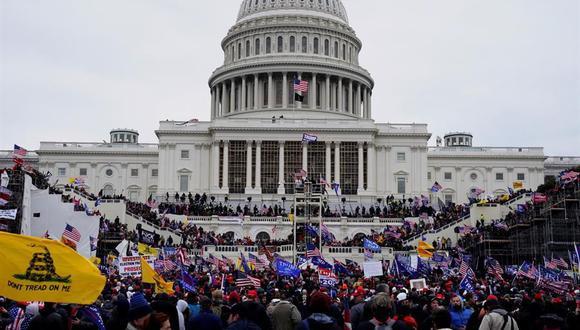 Foto del 6 de enero de 2021 donde aparecen centenares de seguidores del presidente Donald Trump subiendo por las escalinatas durante el asalto al Capitolio de Estados Unidos. (EFE/Will Oliver).