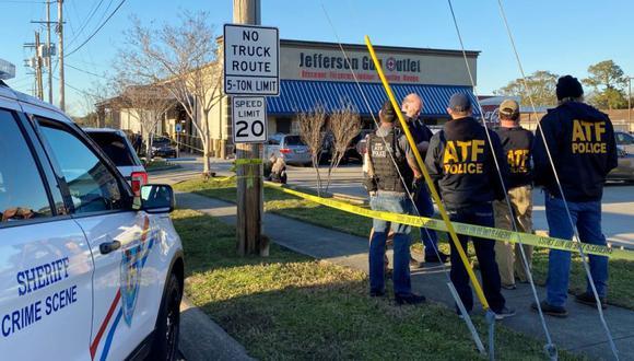 Agentes de la ley se encuentran cerca del lugar de un tiroteo en una tienda de armas en Metairie, Louisiana, EE.UU. (Foto: REUTERS / Catherine Koppel).