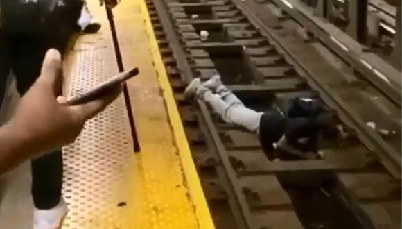 Hombre se desmaya en estación de tren y cae sobre las vías: el rescate se volvió viral. (Foto: @nypd / Instagram)