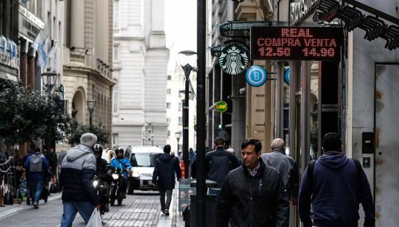 El día anterior, el billete verde se cotizaba a 56,52 pesos argentinos. (Foto: EFE)