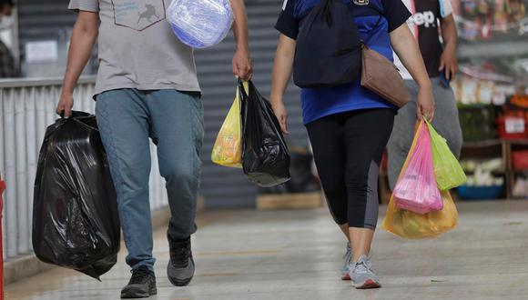 El uso de las bolsas plásticas se había reducido antes de la pandemia, no obstante, una vez empezó la enfermedad, de nuevo regresó la utilización de bolsas en los mercados y bodegas de barrio. (Foto: Anthony Niño de Guzmán / GEC)