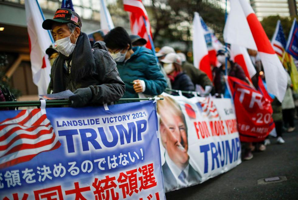 Un pequeño grupo de seguidores japoneses de Donald Trump salió a las calles de Tokio el miércoles, gritando su apoyo al presidente saliente de Estados Unidos horas antes de que su sucesor Joe Biden tome posesión del cargo. (Texto y foto: Reuters).
