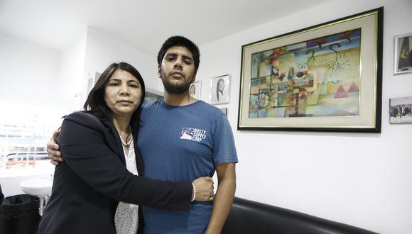 En la imagen, Fernando Nicho y su madre Rocío Muñoz. El joven de 22 años fue herido en el ojo izquierdo durante las movilizaciones del 14 de noviembre. El diagnóstico es trauma ocular y luxación de cristalino. (Foto: Francisco Neyra/ GEC)