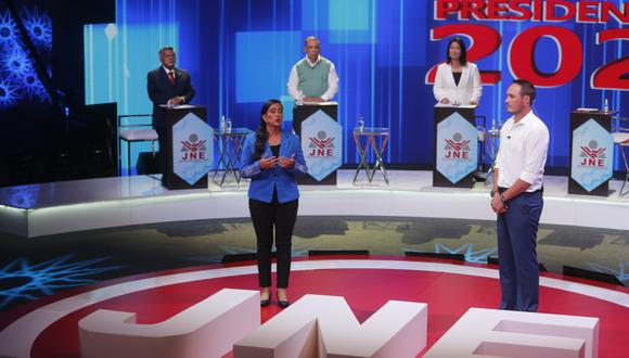 Ambos candidatos respondieron a la pregunta ciudadana sobre la implementación del enfoque de género durante el debate organizado por el JNE. (Foto: El Comercio)
