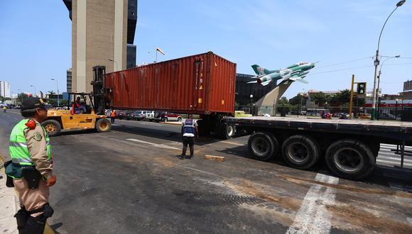 Hasta el óvalo Jorge Chavez llegó maquinaria pesada para retirar el container. (Foto: Hugo Curotto)