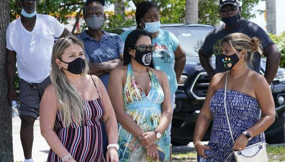Un grupo de personas espera para hacerse una prueba de coronavirus COVID-19 el sábado 31 de julio de 2021, en North Miami, Florida. (Foto AP / Marta Lavandier).
