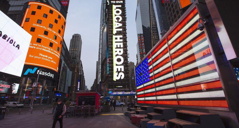 La mayoría de los 28 muertos por COVID-19 en Nueva York han fallecido en hospitales de todo el estado, según la cónsul general peruana Marita Landaveri. En la imagen, el equipo médico del Centro Hospitalario Elmhurst traslada a un paciente en una ambulancia. (Foto: Angus Mordant/Bloomberg).