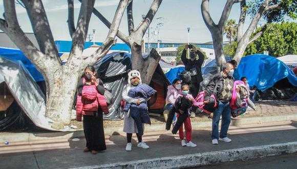 Un grupo de niños observa a migrantes que protestan en un campamento instalado, en las inmediaciones del puerto fronterizo del Chaparral, en la ciudad fronteriza de Tijuana. (Foto: EFE/Joebeth Terríquez)