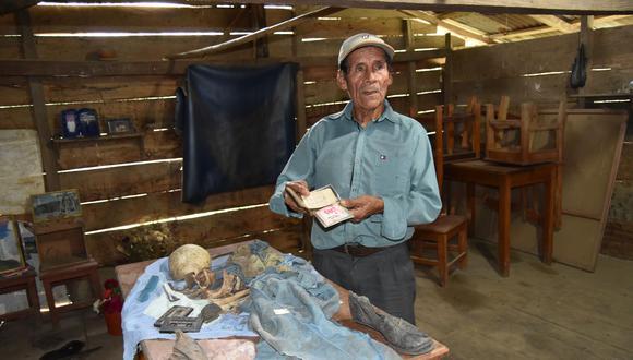 Francisco López conserva parte de la osamenta de su primogénito, Hugo López. También la ropa, los botines y algunos objetos que este llevaba el último día de su vida. (Foto: Jorge Quispe)